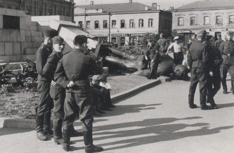 Поваленный памятник Ленину. Июль 1941 г.