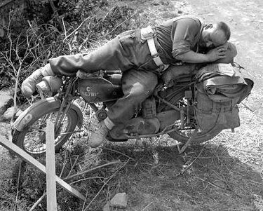 Упадет? Канадский курьер в окрестностях города Фалез. 1944 г.