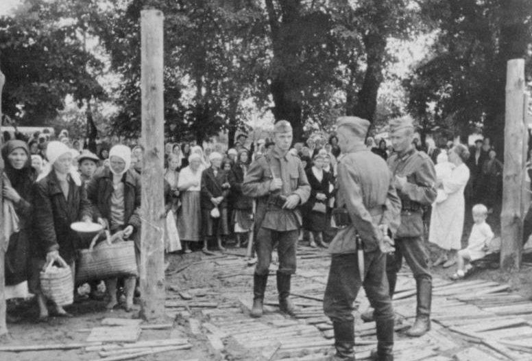 У ворот лагеря военнопленных. Июль 1941 г.