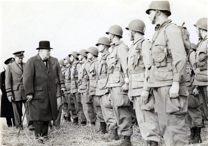 Премьер-министр Уинстон Черчилль и командующий силами союзников в Европе Дуайт Эйзенхауэр инспектируют 506-й полк 101-й воздушно-десантной дивизии. Весна 1944 г.