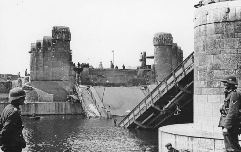 Взорванный мост через Маас в Маастрихте. 1940 г.