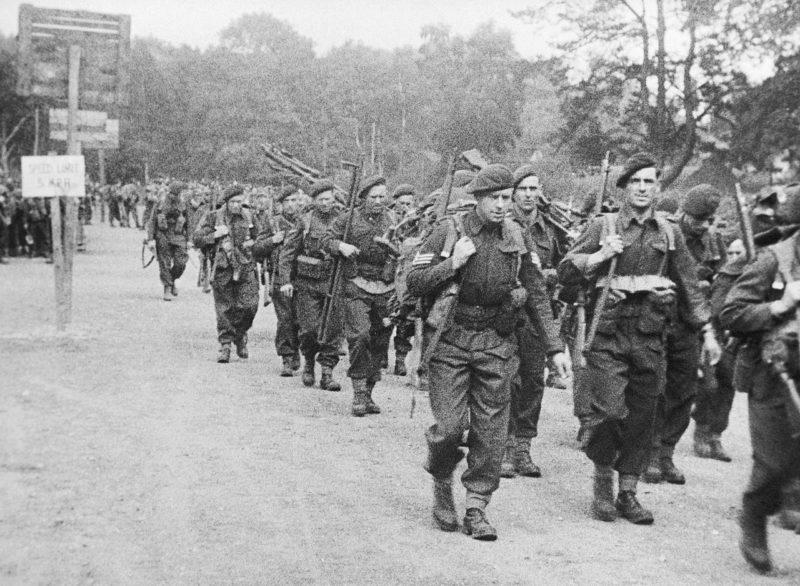 Британские коммандос перед погрузкой на десантные корабли. Саутгемптон. Англия. Июнь 1944 г.