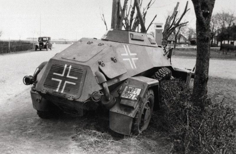 Немецкий бронеавтомобиль потерпел аварию в Bredevad. 9 апреля 1940 г.