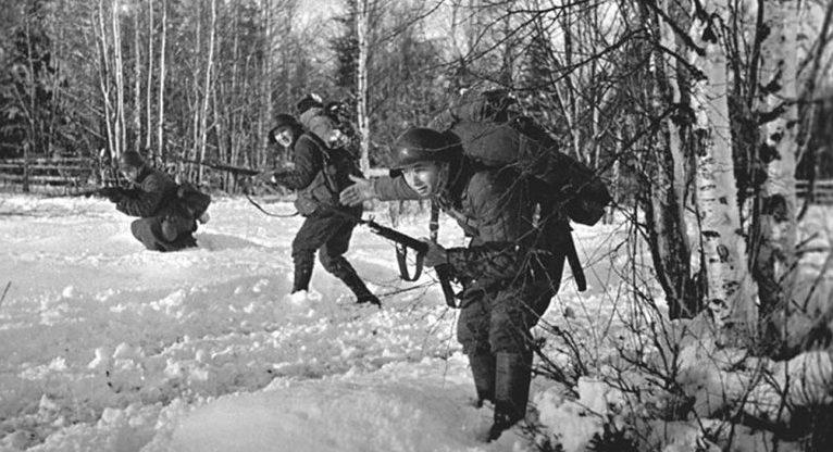 Бойцы советской стрелковой части ведут наступление из леса. Ноябрь 1939 г.