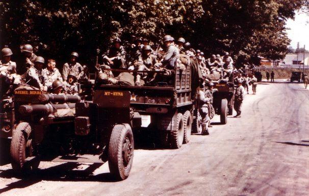 Колонна артиллерии 1-й пехотной дивизии США перед погрузкой на десантные суда. 5 июня 1944 г.