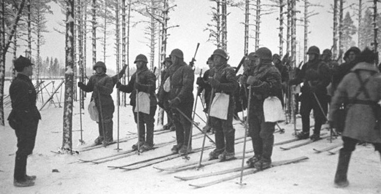 Разведгруппа лыжников получает задание перед отправлением в разведку. Ноябрь 1939 г.
