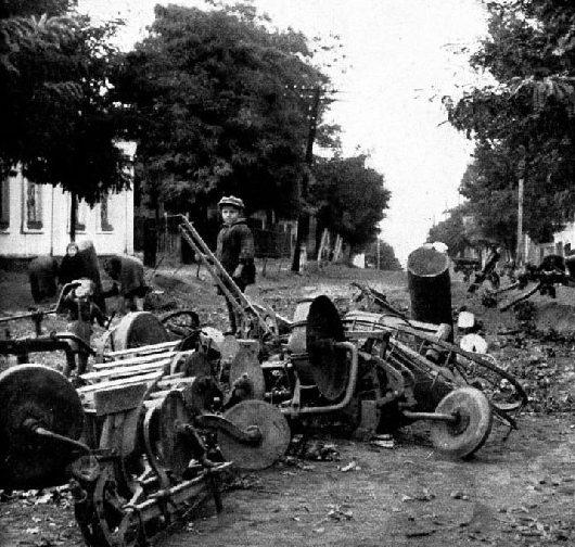 Остатки баррикады на улице. Октябрь 1941 г.
