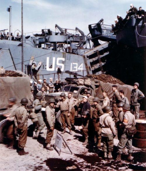 Посадка десанта перед вторжением на десантные корабли типа LCT. Июнь 1944 г.
