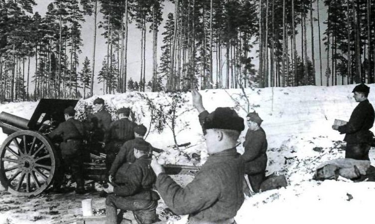 Расчет советской 122-мм гаубицы на позиции. Ноябрь 1940 г.