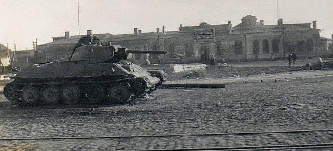 Захваченный советский танк на Привокзальной площади. Октябрь 1941 г.