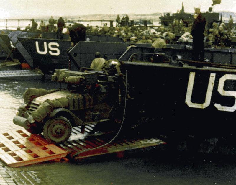 Загрузка бронеавтомобилей на борт LCT в английском порту накануне операции. Июнь 1944 г.