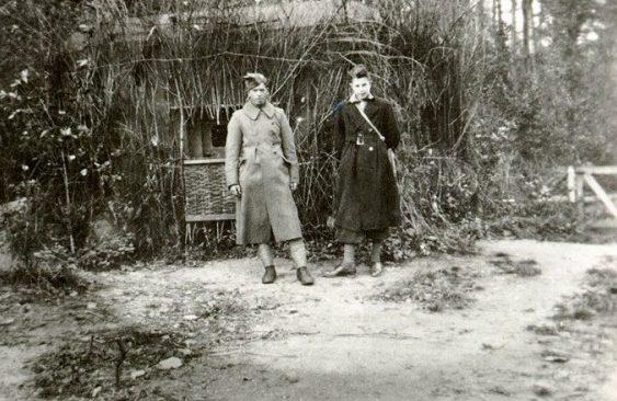 Голландские солдаты у замаскированного Дота.