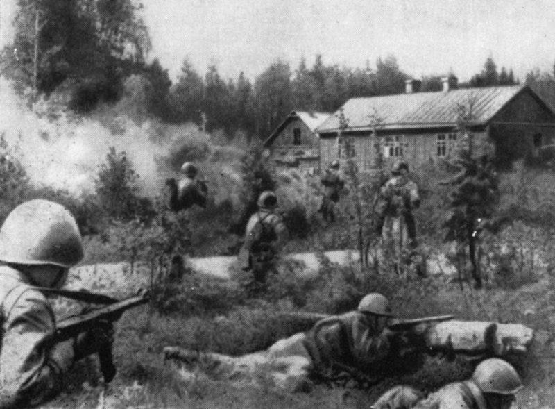 Подразделения 46-й стрелковой дивизии ведут бой с противником за хутор Торикко. Июнь 1944 г.