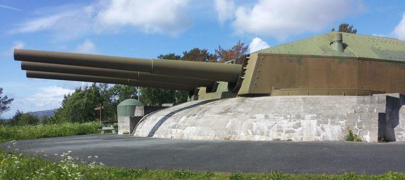 Трехорудийная 283-мм башня в годы войны и сегодня.