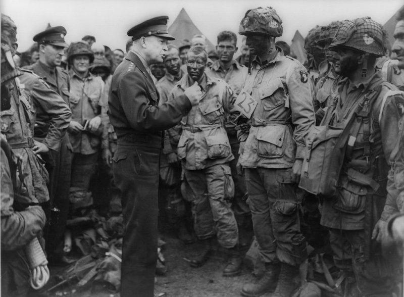 Командующий союзными войсками в Европе генерал Эйзенхауэр с десантниками роты «Е» 502-го парашютно-десантного полка перед началом операции. 5 июня 1944 г.