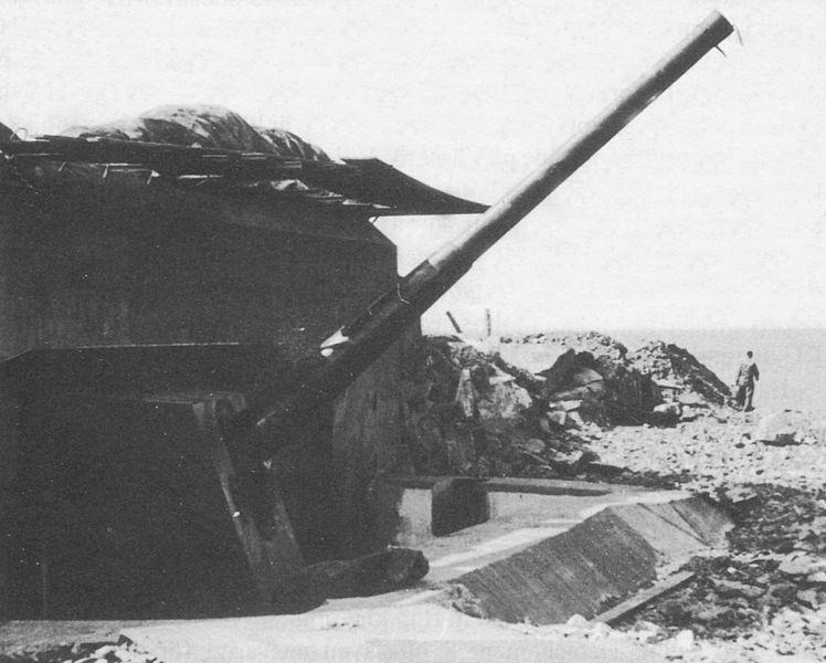 Одно из 150-мм орудий батареи.