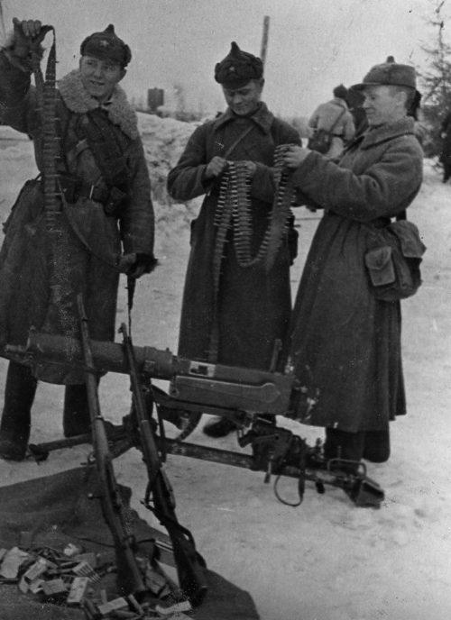 Советские пограничники осматривают трофейное финское оружие. Ноябрь 1939 г.