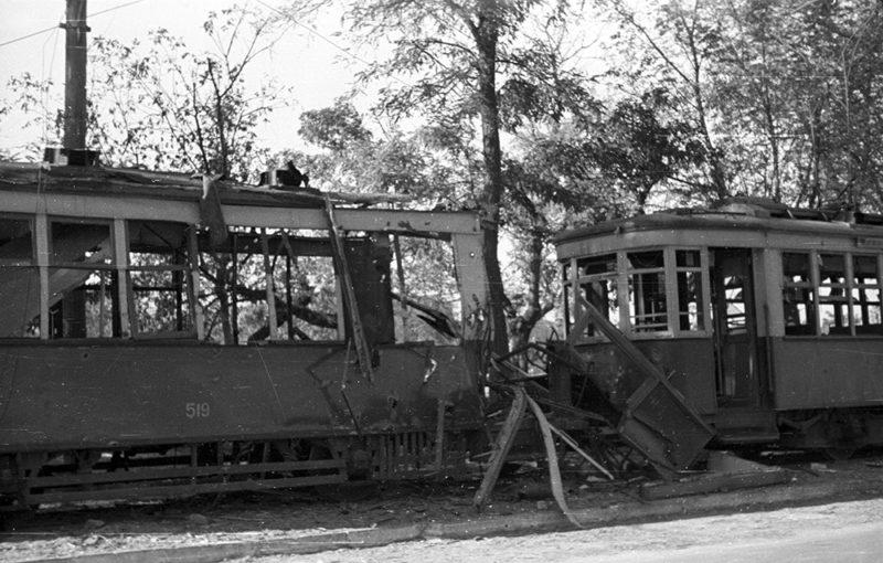 Разбитые трамвайные вагоны. Ноябрь 1941 г.