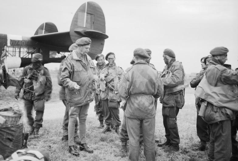 Командир 6-й воздушно-десантной дивизии генерал-майор Ричард Гэйл с десантниками. 5 июня 1944 г.