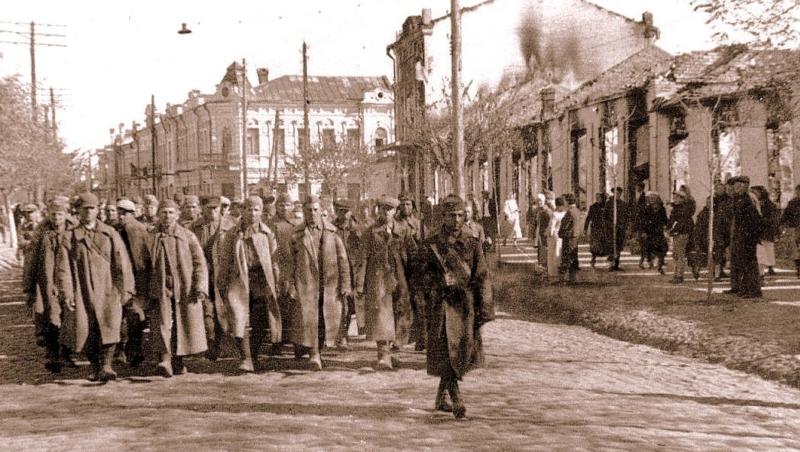 Румынский конвой пленных солдат Красной Армии по улице Торговой. Ноябрь 1941 года.