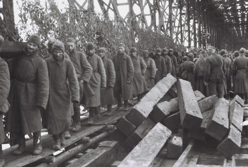 Советские военнопленные на восстановлении моста. Ноябрь 1941 г.