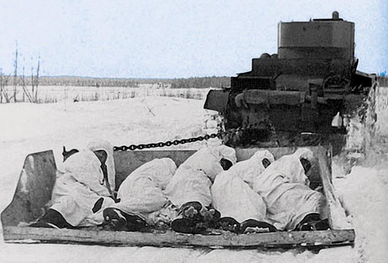 В атаку на финнов на бронированных санях. Зимняя война. Можно и вздремнуть. Февраль 1940 г.