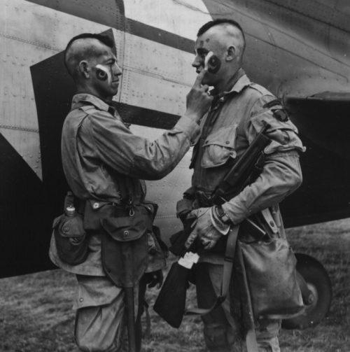 Нанесение «боевой раскраски» десантниками перед погрузкой в самолет. 5 июня 1944 г.