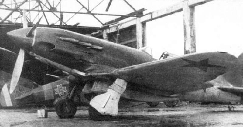 Советский истребитель, посаженный перебежчиком на военный аэродром. Декабрь 1941 года.