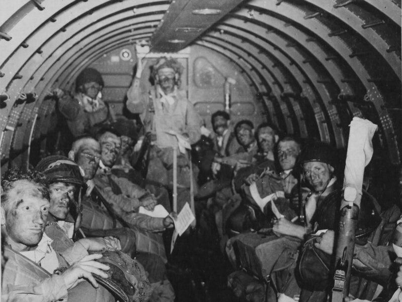 Десантники в самолете перед вылетом в Нормандию. 5 июня 1944 г.