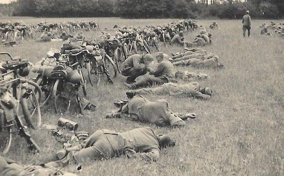 «Накрутились». Немецкие велосипедисты на привале. Восточный фронт.1942 г.