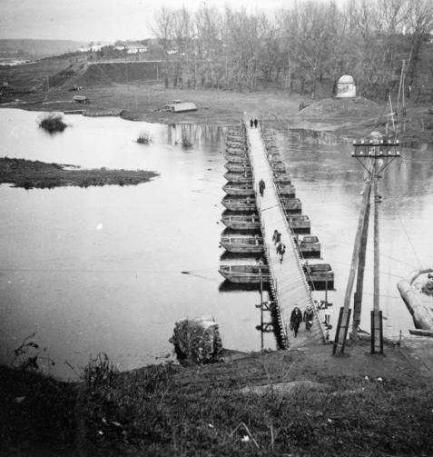 Наведение понтонного пешеходного моста. Кумбари. Ноябрь 1941 г.