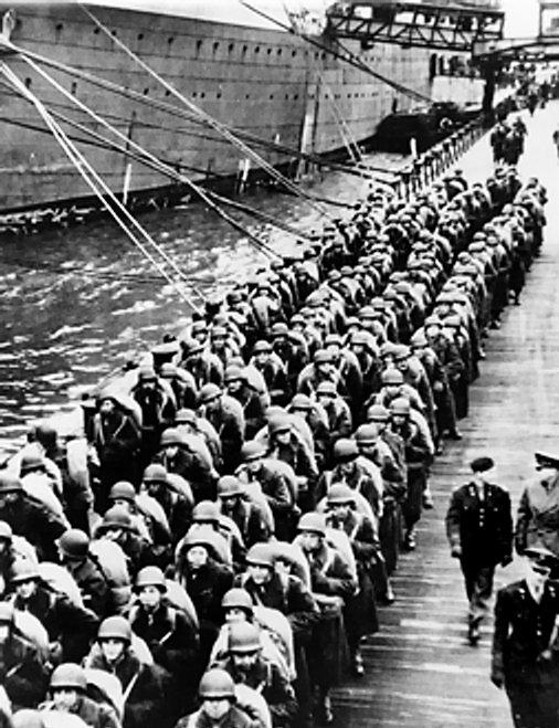 Десант готовится для посадки на десантные корабли. 5 июня 1944 г.