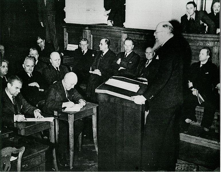 Премьер-министр Дании Торвальд Стаунинг выступает в Ригсдагене во дворце Кристиансборг в день вторжения Германии. Обсуждается вопрос о капитуляции. 9 апреля 1940 г.