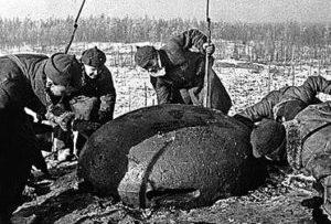 Красноармейцы у огневой финской точки.