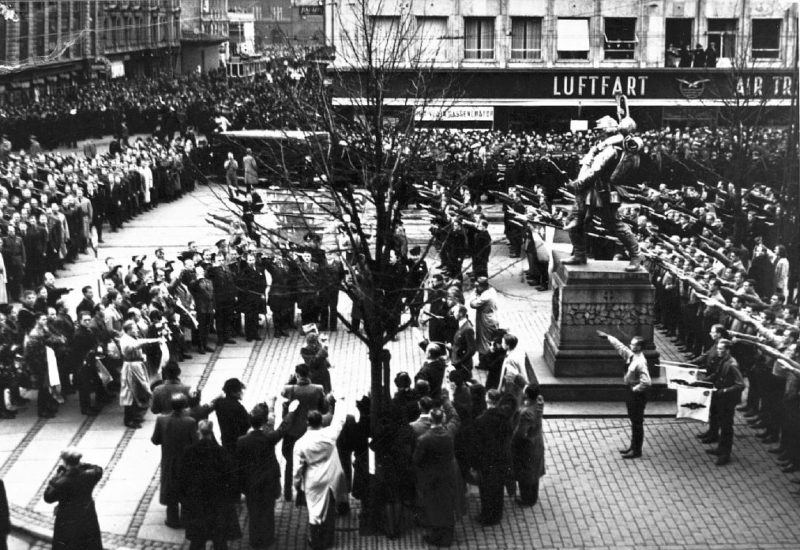 Парад датских нацистов (DNSAP) в Rаdhuspladsen. Ноябрь 1940 г.