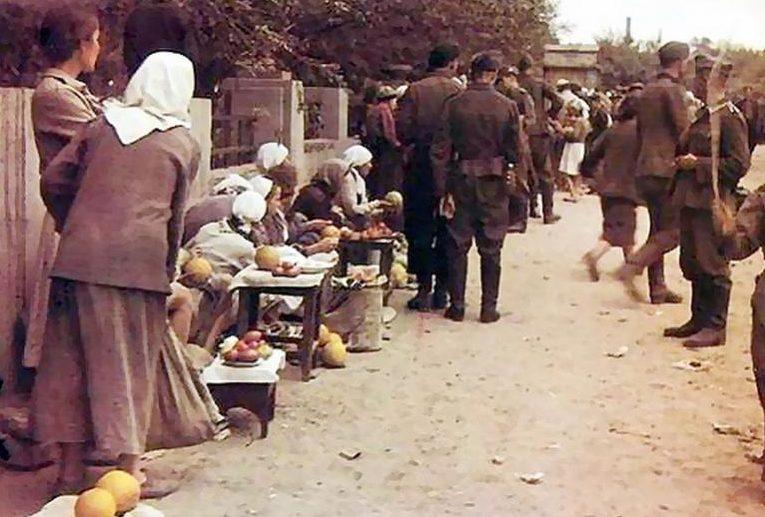 Городской базар. Лето 1942 г.