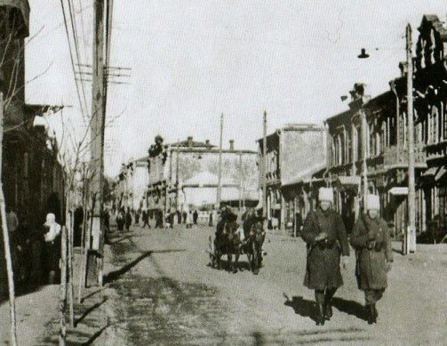 Румынские солдаты патрулируют улицу Карла Маркса. Март 1942 года.