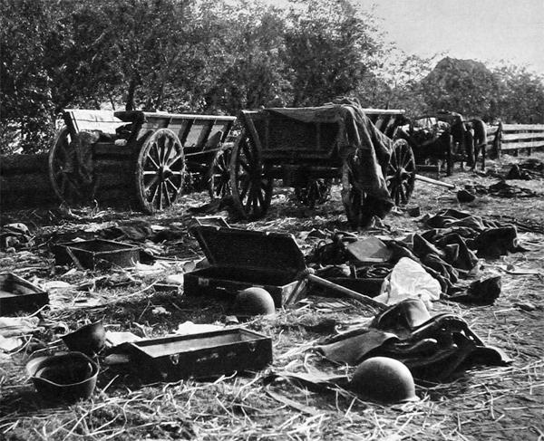 Разбитый советский обоз. Август 1941 г.