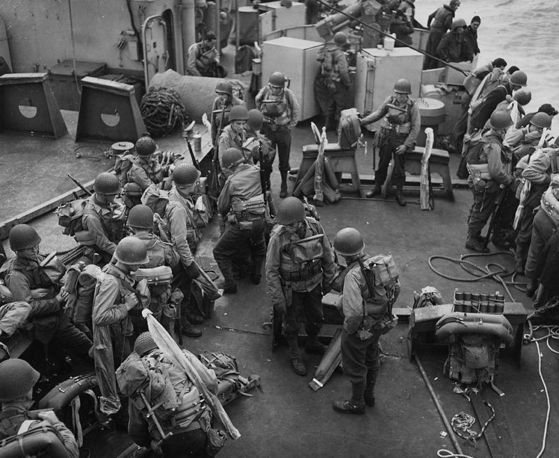 Американцы на борту судна Береговой охраны США перед началом операции. 5 июня 1944 г.