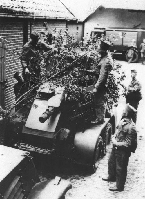 Экипаж бронеавтомобиля «Landsverk М36» проводит занятия по маскировке. 1939 г.