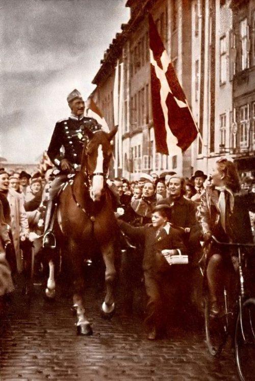 Король Дании Кристиан X на улице Копенгагена в день своего дня рождения. 1940 г.