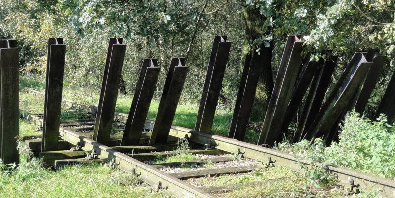 Заграждение на железной дороге.