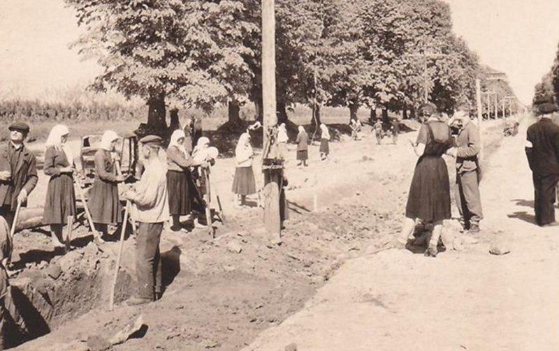 Жители на принудительных работах. Лето 1942 г.