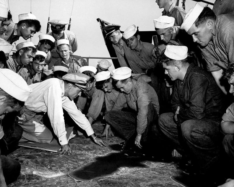Инструктаж командиров и экипажей десантных барж перед высадкой в Нормандии. Утро 6 июня 1944 г.