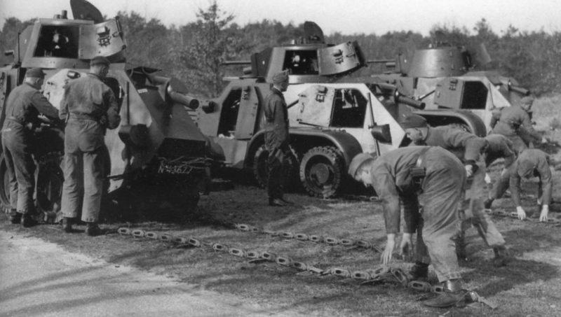 Экипажи бронеавтомобилей тренируются в надевании гусениц за задние колёса. 1939 г.