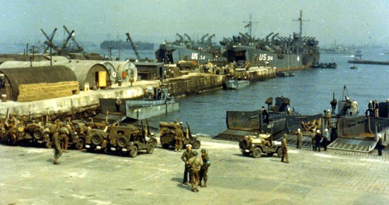 Погрузка военной техники на корабли. 5 июня 1944 г.