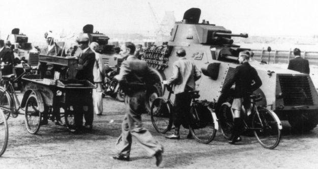 Бронеавтомобиль «Landsverk М38» и велосипедисты. 1939 г.