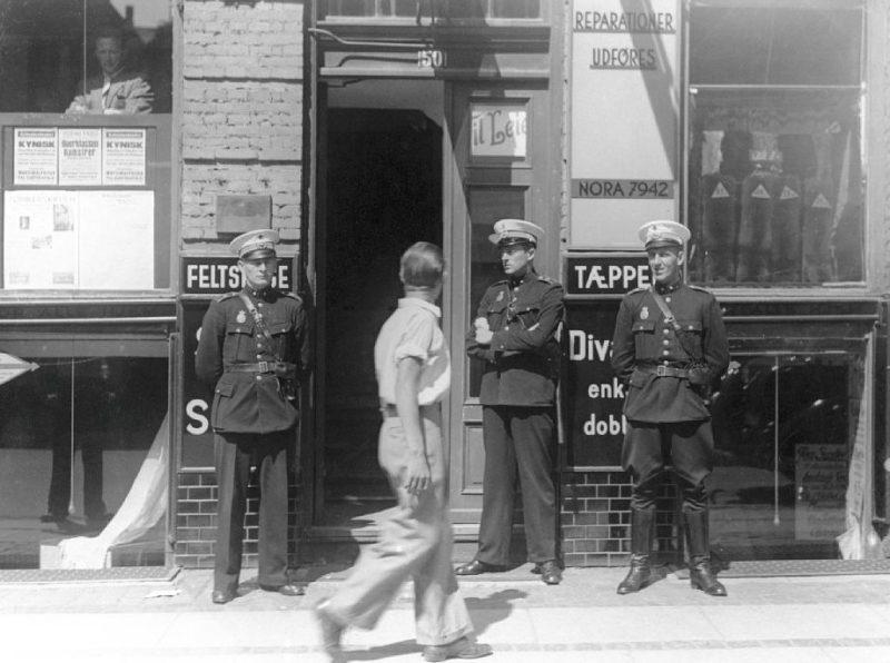 Датские полицейские у штаб-квартиры Коммунистической партии во время ареста ее членов. 22 июня 1941 г.