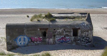 Остатки бункера L 409A на берегу.