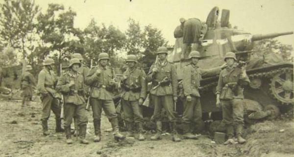 Немцы у разбитой советской техники. Август 1941 г.
